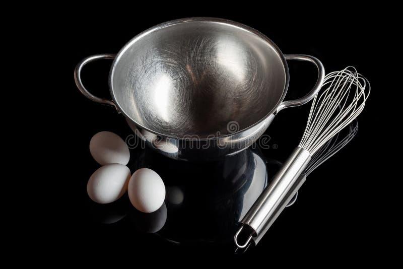 Υψηλή γωνία αυγών μουστακιών κύπελλων χάλυβα με την αντανάκλαση στο Μαύρο στοκ εικόνες