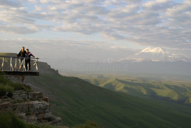 Υψηλή πράσινη οικογένεια ξημερωμάτων λόφων κοιλάδων γιων μητέρων βουνών caucausus elbrus βουνών στοκ φωτογραφίες με δικαίωμα ελεύθερης χρήσης