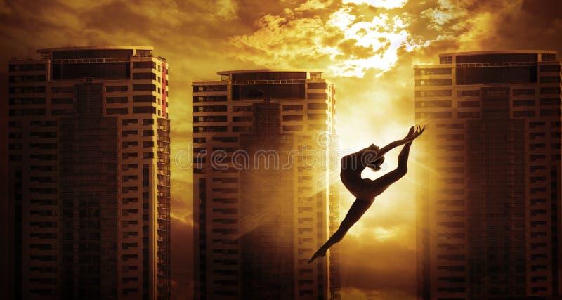 Υψηλό άλμα χορού αθλητριών οικοδόμησης ανόδου, σκιαγραφία χορευτών στοκ φωτογραφία