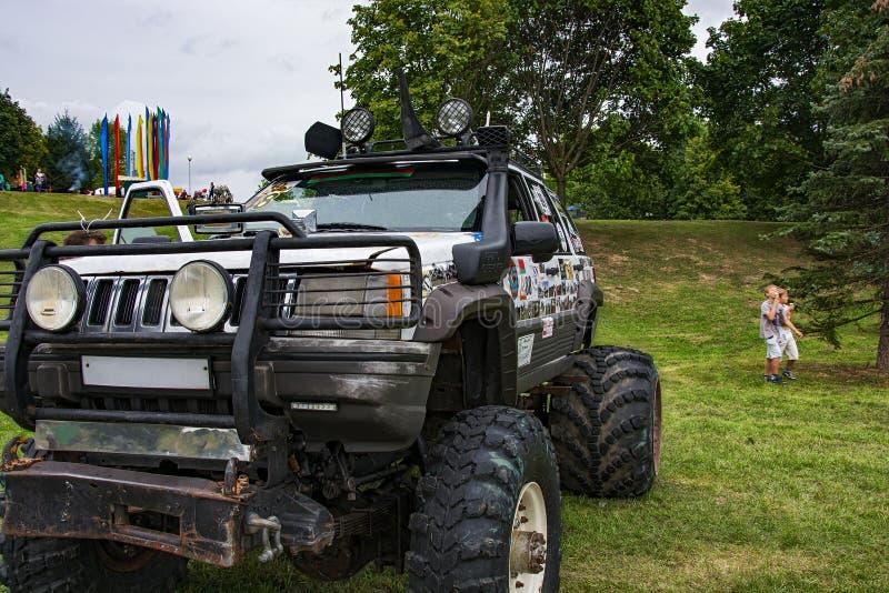 Υψηλό ανώμαλο όχημα με την εκκαθάριση υψηλού εδάφους στοκ εικόνες με δικαίωμα ελεύθερης χρήσης