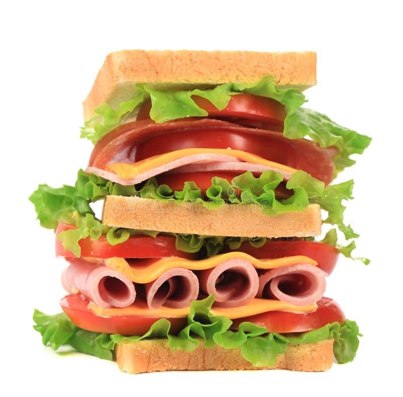 Υψηλό νόστιμο σάντουιτς με το ψωμί φρυγανιάς. στοκ εικόνες
