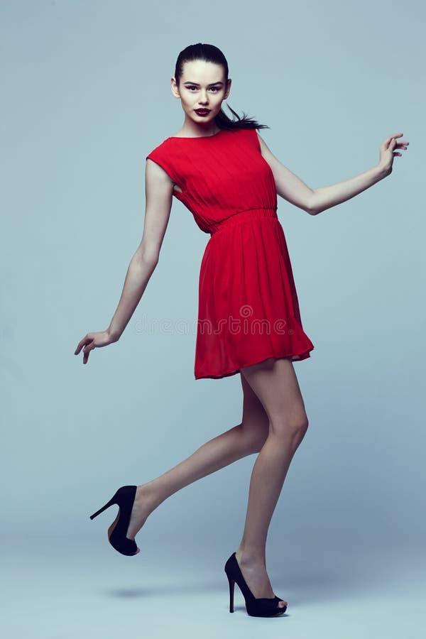 Υψηλό πορτρέτο μόδας της νέας κομψής γυναίκας στοκ φωτογραφία με δικαίωμα ελεύθερης χρήσης