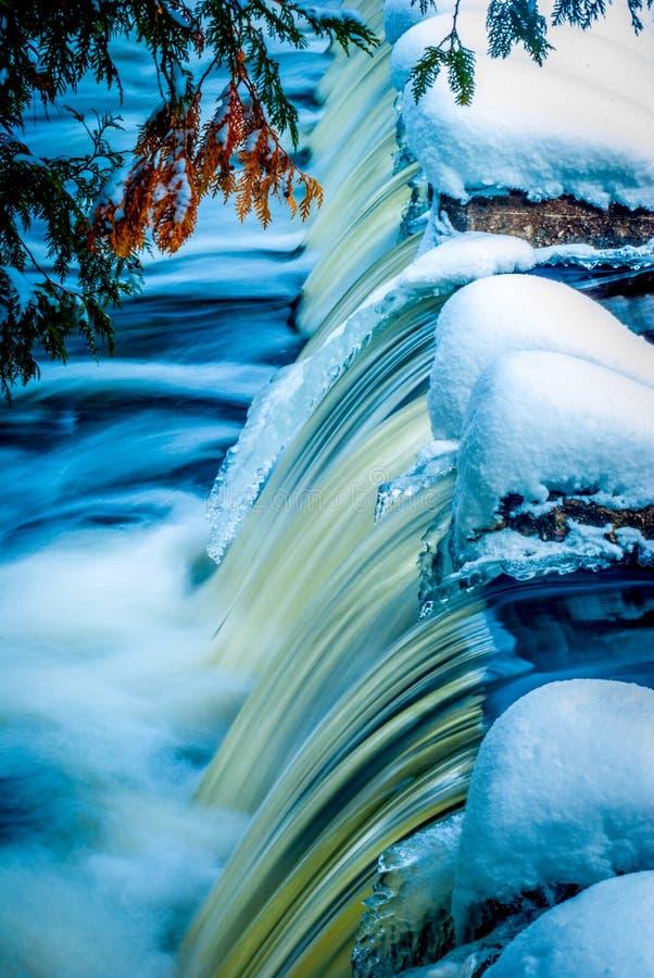 Υψηλό σημείο των πτώσεων δεσμών το χειμώνα στοκ εικόνα με δικαίωμα ελεύθερης χρήσης