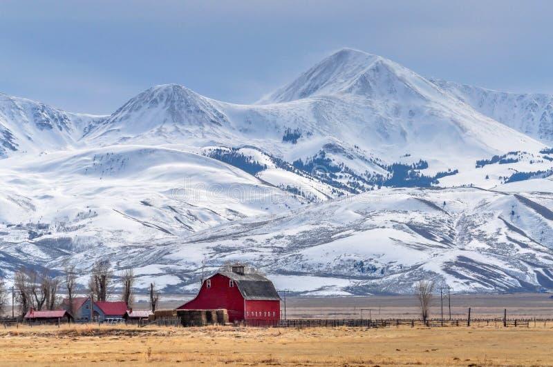 Υψωμένος χιονισμένα βουνά επάνω από ένα μικρό αγρόκτημα στη Μοντάνα στοκ εικόνες με δικαίωμα ελεύθερης χρήσης