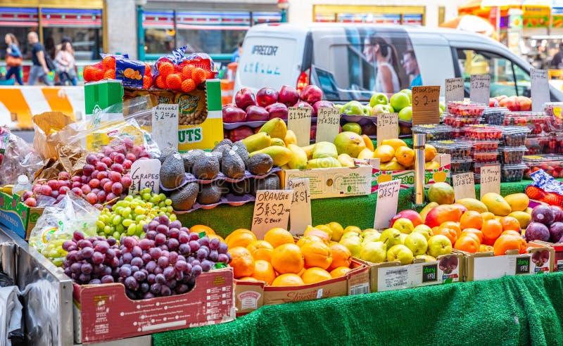 Υόρκη, Ηνωμένες Πολιτείες, φρούτα και λαχανικά σε έναν στάβλο οδών, Μανχάταν κεντρικός στοκ εικόνες