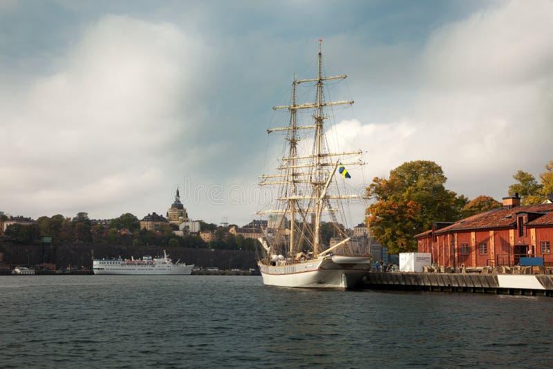 Υδάτινες οδοί, βάρκες και όμορφα παλαιά κτήρια στη Στοκχόλμη, Σουηδία στοκ εικόνα