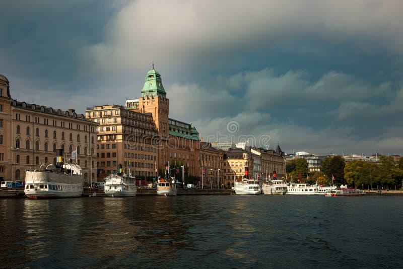 Υδάτινες οδοί, βάρκες και όμορφα παλαιά κτήρια στη Στοκχόλμη, Σουηδία στοκ εικόνες