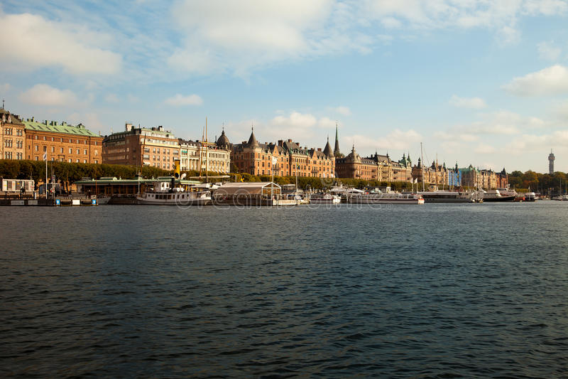 Υδάτινες οδοί, βάρκες και όμορφα παλαιά κτήρια στη Στοκχόλμη, Σουηδία στοκ φωτογραφία με δικαίωμα ελεύθερης χρήσης