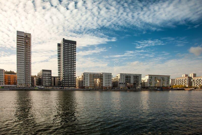 Υδάτινες οδοί, βάρκες και όμορφα σύγχρονα κτήρια στη Στοκχόλμη, Σουηδία στοκ φωτογραφία με δικαίωμα ελεύθερης χρήσης