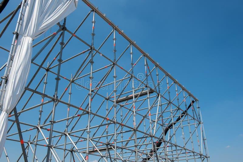 Υλικά σκαλωσιάς για το υπαίθριο θέατρο ενάντια στο μπλε ουρανό στοκ εικόνες