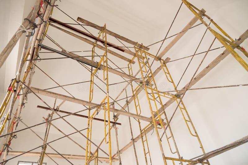 Υλικά σκαλωσιάς στο εργοτάξιο οικοδομής στοκ φωτογραφίες με δικαίωμα ελεύθερης χρήσης