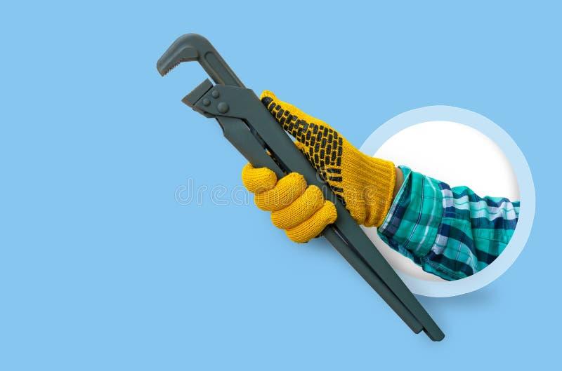 Υδραυλικά χεριών με ένα γαλλικό κλειδί στοκ φωτογραφίες με δικαίωμα ελεύθερης χρήσης