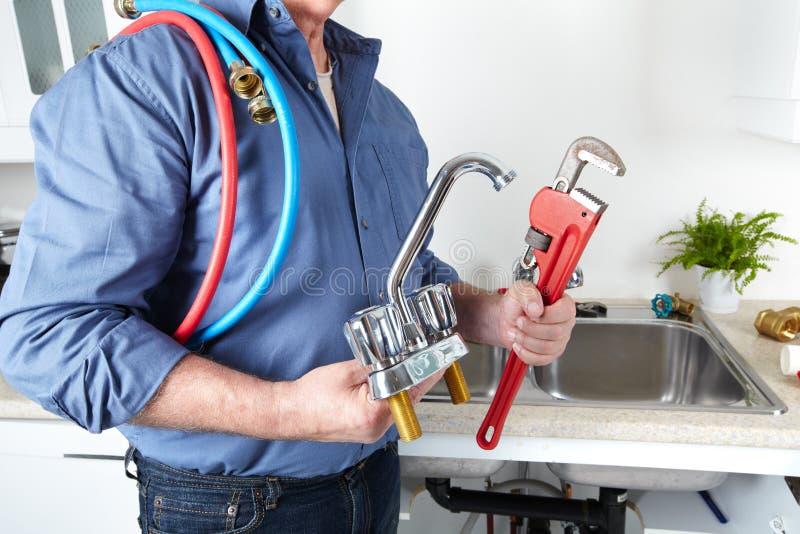 Υδραυλικός με ένα γαλλικό κλειδί. στοκ εικόνες με δικαίωμα ελεύθερης χρήσης