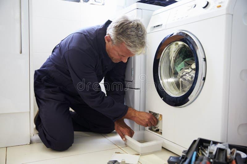 Υδραυλικός που καθορίζει το εσωτερικό πλυντήριο στοκ φωτογραφία με δικαίωμα ελεύθερης χρήσης