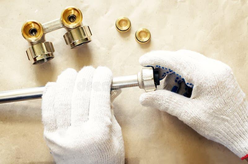 Υδραυλικός στην εργασία με τα υδραυλικά εργαλείων στοκ φωτογραφία με δικαίωμα ελεύθερης χρήσης