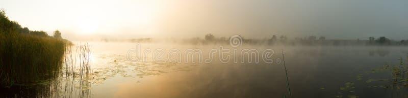 Υδρονέφωση ανατολής στον ποταμό που χρωματίζεται στη σέπια στοκ φωτογραφία
