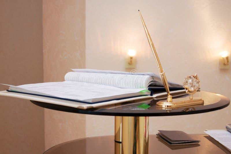 Φάκελλος με τα έγγραφα σχετικά με την υπογραφή του πιστοποιητικού γάμου, γράψιμο των υλικών στοκ φωτογραφία με δικαίωμα ελεύθερης χρήσης