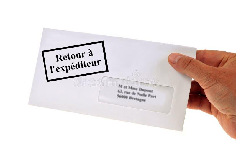 Φάκελος με το γαλλικό κείμενο που δείχνει την επιστροφή στον αποστολέα στοκ εικόνες