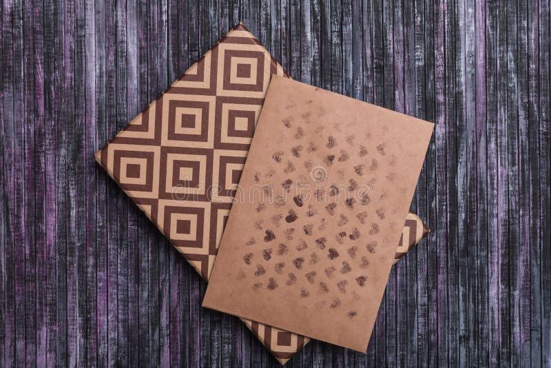 Φάκελος του εγγράφου της Kraft Φάκελος επιστολών αγάπης Ξύλινη ανασκόπηση Ένα κιβώτιο δώρων διακοπών Δώρο με την επιστολή στοκ εικόνα με δικαίωμα ελεύθερης χρήσης