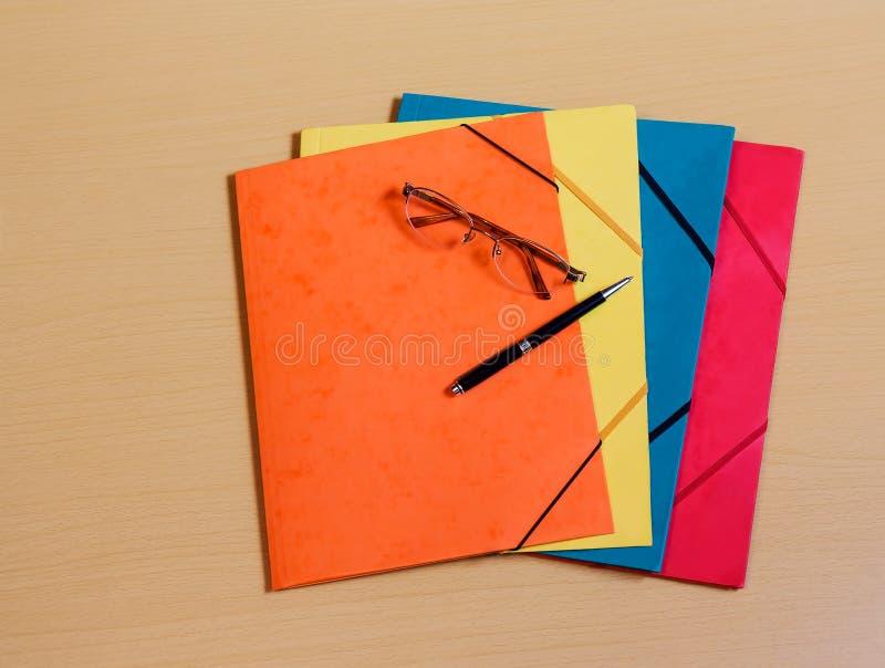 Φάκελλοι γραφείων στο γραφείο στοκ εικόνα με δικαίωμα ελεύθερης χρήσης