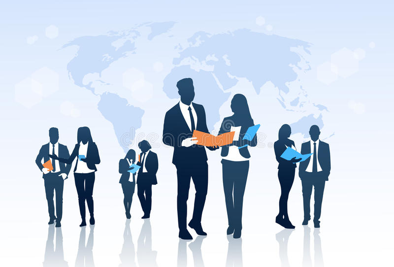 Φάκελλοι εγγράφων λαβής ομάδας Businesspeople σκιαγραφιών πλήθους ομάδας επιχειρηματιών πέρα από τον παγκόσμιο χάρτη ελεύθερη απεικόνιση δικαιώματος
