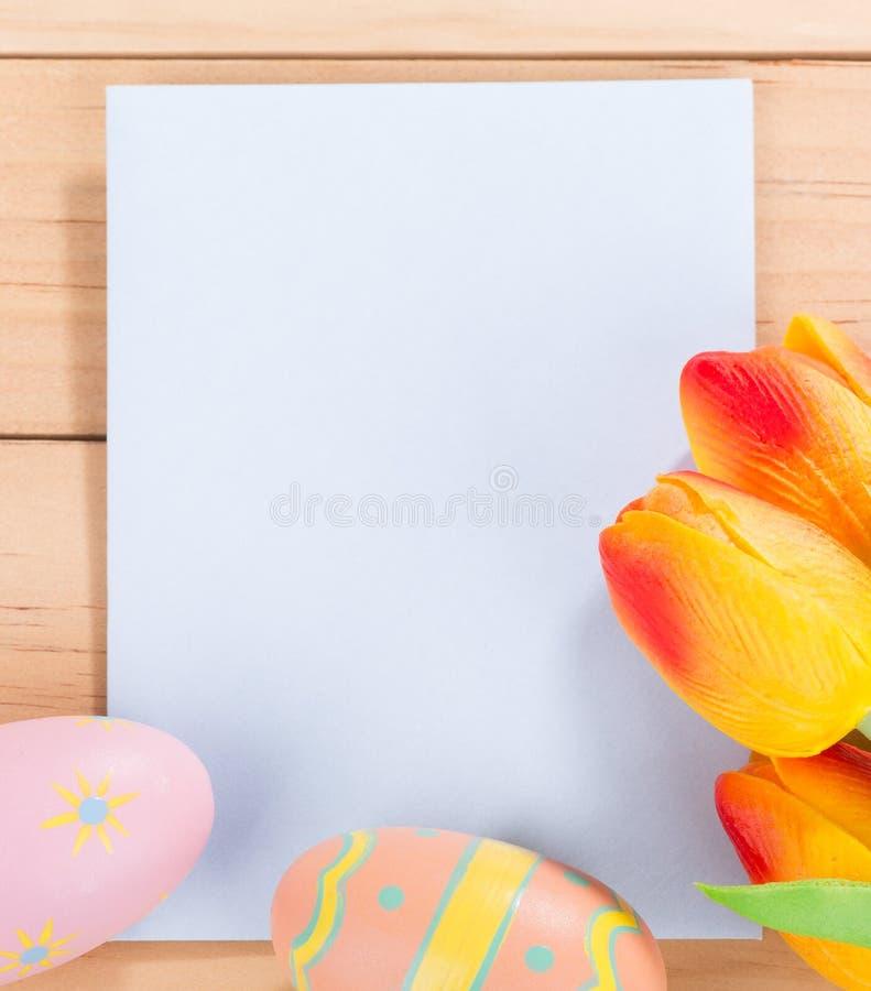 Φάκελος με τις τουλίπες και τα αυγά Πάσχας στοκ φωτογραφία με δικαίωμα ελεύθερης χρήσης