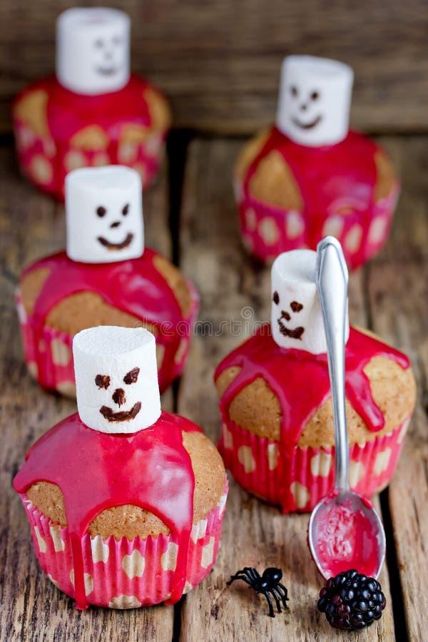 Φάντασμα αποκριών cupcakes με το λούστρο και marshmallow βατόμουρων στοκ εικόνα