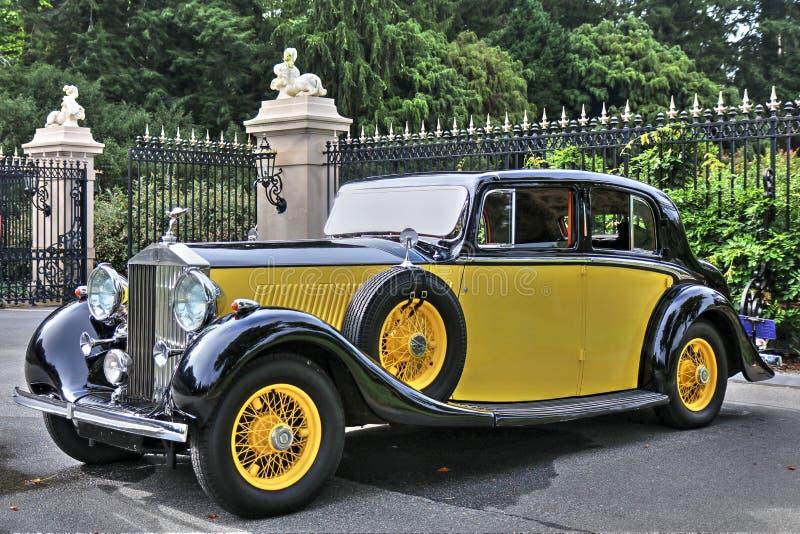 1934 φάντασμα ΙΙ Rolls-$l*royce σε κίτρινο στοκ φωτογραφία με δικαίωμα ελεύθερης χρήσης