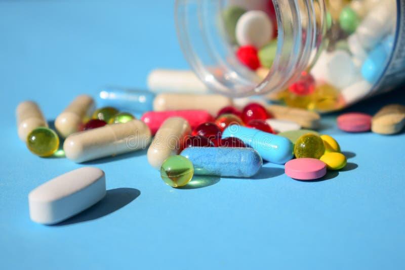 Φάρμακα που απαγορεύονται, ανάκληση χαπιών Πολύχρωμος φωτεινός διάφορος τύπος στοκ εικόνα