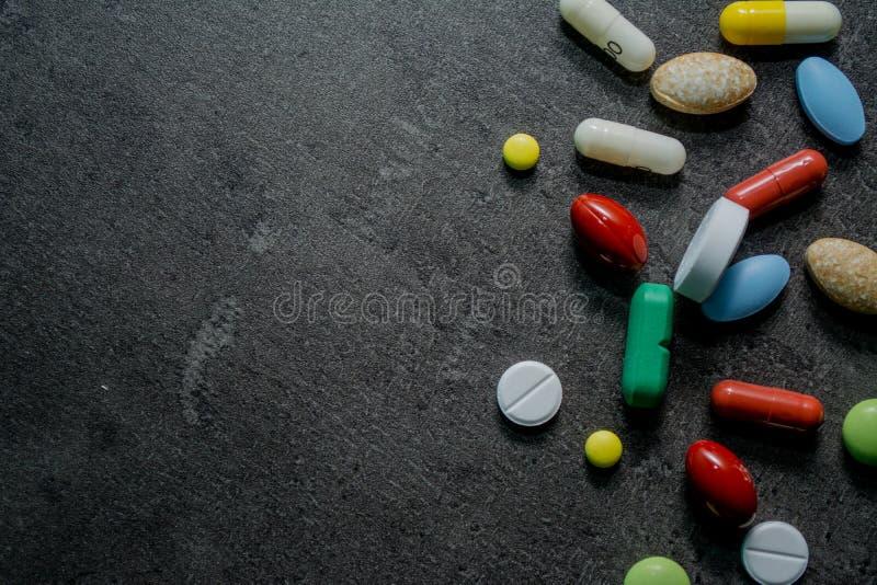 Φάρμακα σε ένα μαύρο υπόβαθρο στοκ εικόνες