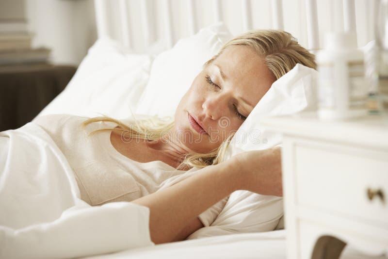 Φάρμακο στον πίνακα πλευρών της γυναίκας ύπνου στοκ φωτογραφία με δικαίωμα ελεύθερης χρήσης