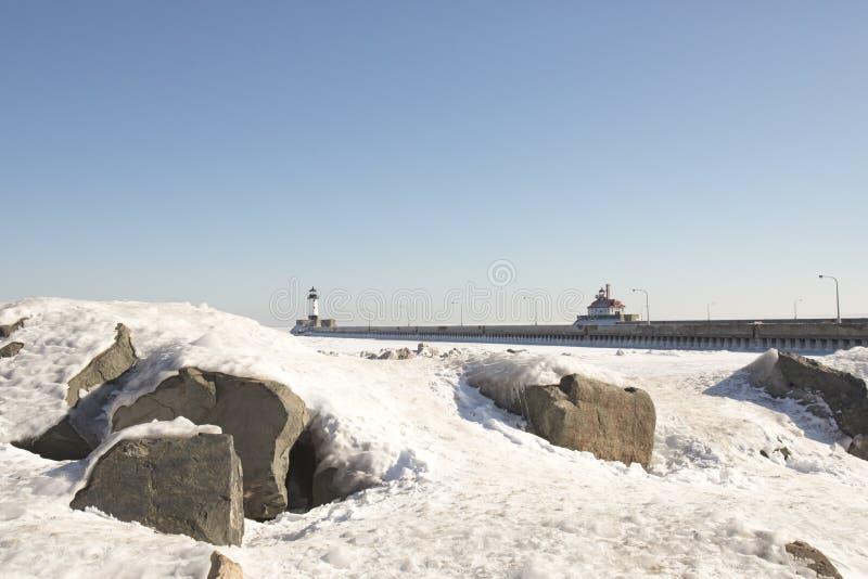 Φάροι στην παγωμένη ανώτερη προκυμαία λιμνών, Duluth, Minnesot στοκ εικόνα