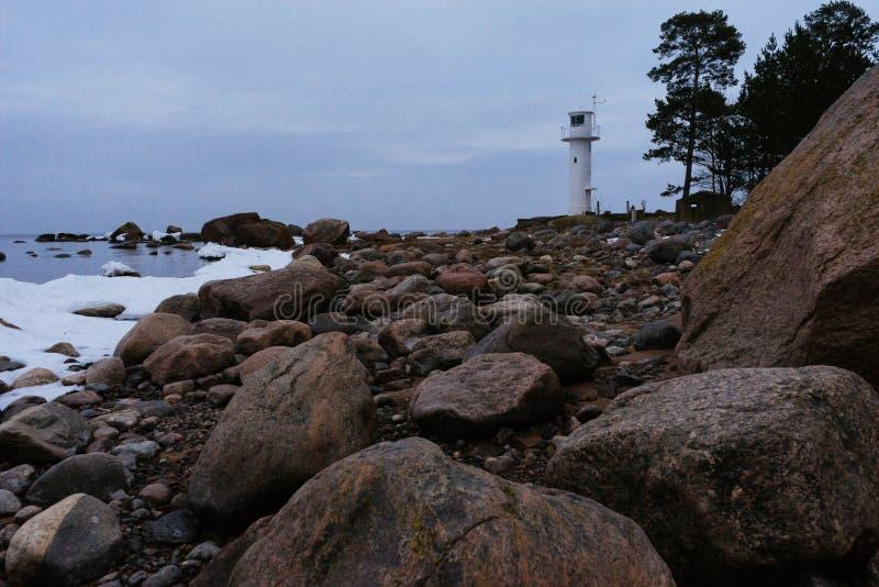 Φάρος στην πετρώδη ακτή της θάλασσας της Βαλτικής μέχρι το χειμώνα στοκ φωτογραφία με δικαίωμα ελεύθερης χρήσης