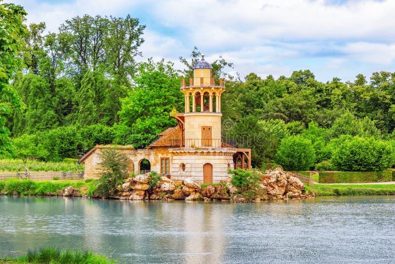 Φάρος στη λίμνη στο χωριουδάκι βασίλισσα Marie Antoinette ` s estat στοκ φωτογραφίες με δικαίωμα ελεύθερης χρήσης