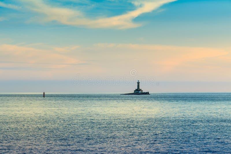 Φάρος στη θυελλώδη θάλασσα στοκ εικόνα με δικαίωμα ελεύθερης χρήσης