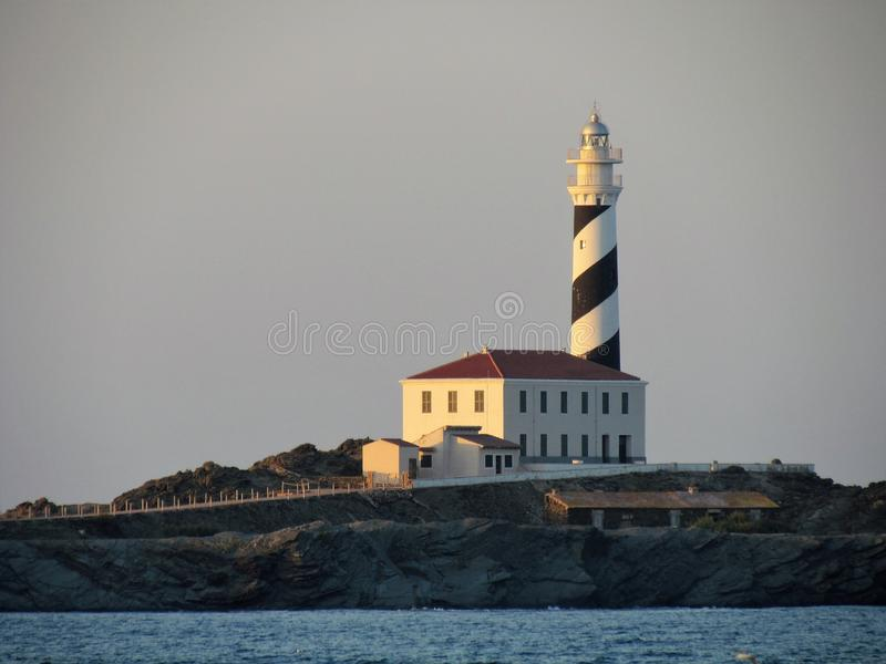 Φάρος στο ηλιοβασίλεμα στο Baeutiful Cala Tortuga σε Menorca Ισπανία στοκ φωτογραφία με δικαίωμα ελεύθερης χρήσης