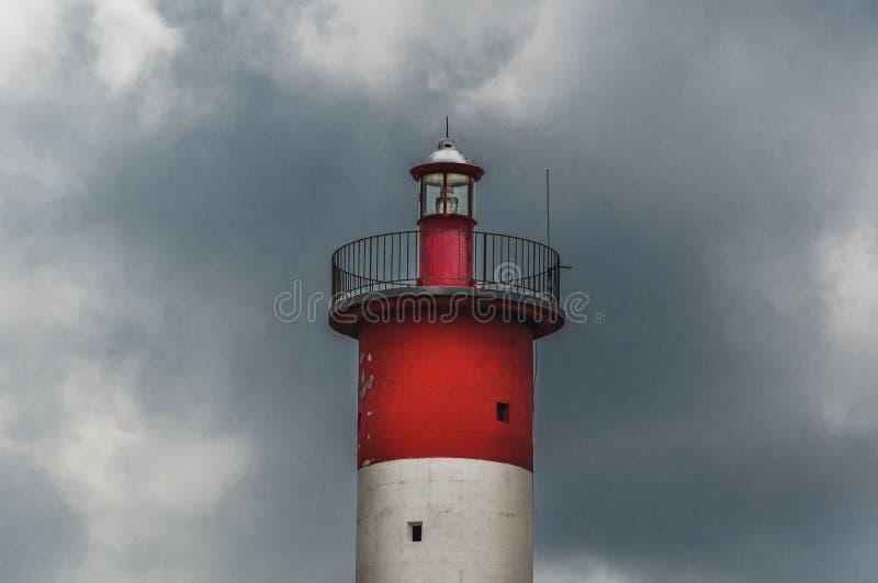 Φάρος του Port-la-Nouvelle κόκκινος και άσπρος στο νεφελώδη ουρανό στοκ εικόνα με δικαίωμα ελεύθερης χρήσης