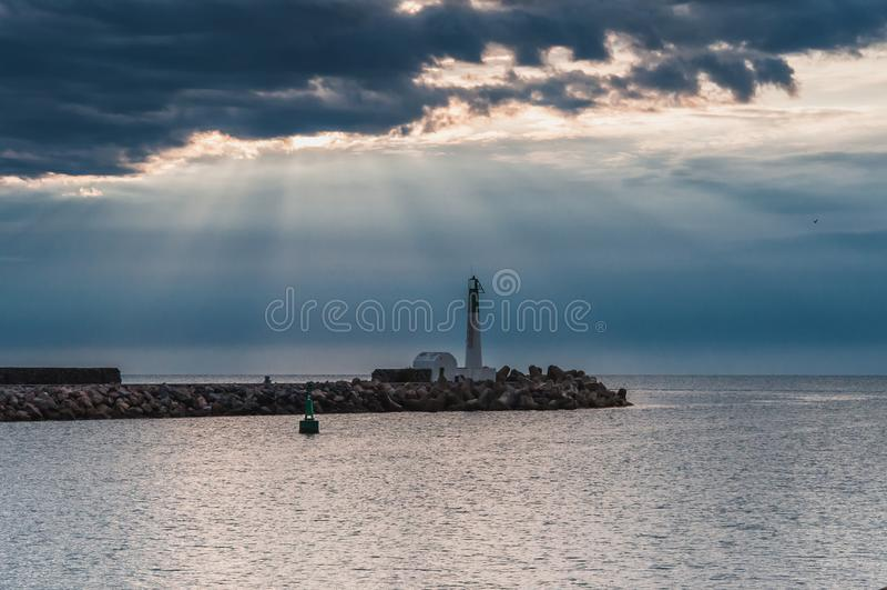 Φάρος του Port-la-Nouvelle κόκκινος και άσπρος στο νεφελώδη ουρανό στοκ φωτογραφία με δικαίωμα ελεύθερης χρήσης