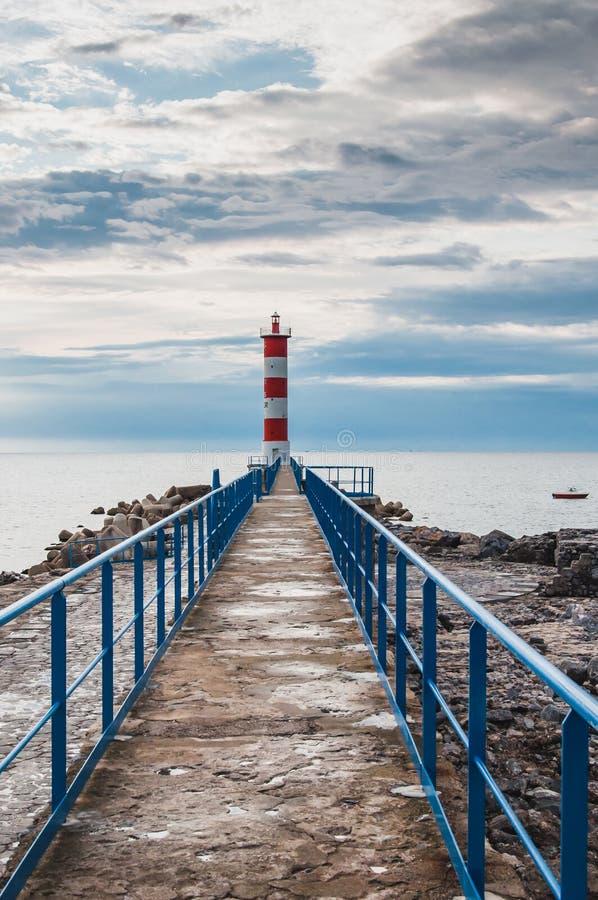 Φάρος του Port-la-Nouvelle κόκκινος και άσπρος στο νεφελώδη ουρανό στοκ φωτογραφίες