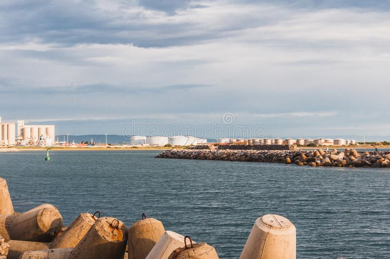 Φάρος του Port-la-Nouvelle κόκκινος και άσπρος στο νεφελώδη ουρανό στοκ φωτογραφίες με δικαίωμα ελεύθερης χρήσης
