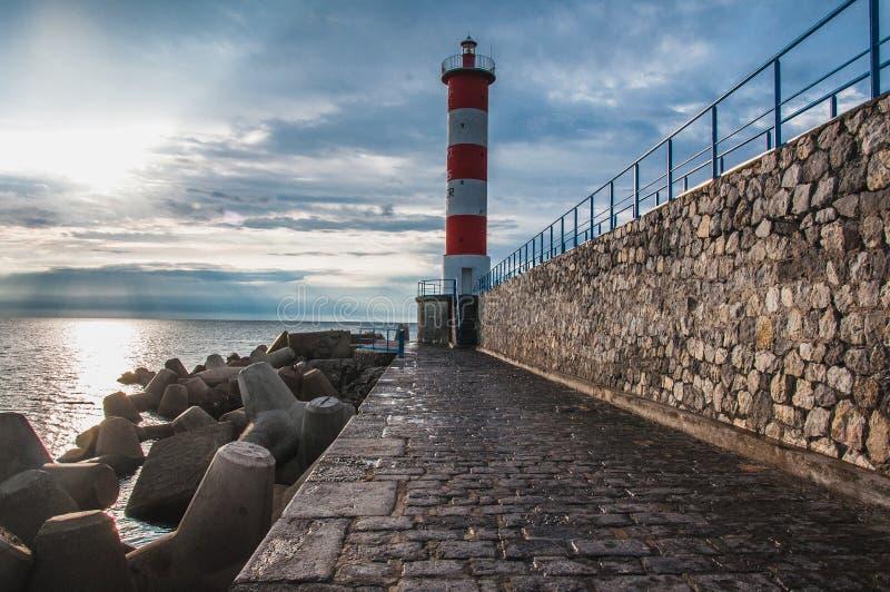 Φάρος του Port-la-Nouvelle κόκκινος και άσπρος στο νεφελώδη ουρανό στοκ εικόνες με δικαίωμα ελεύθερης χρήσης