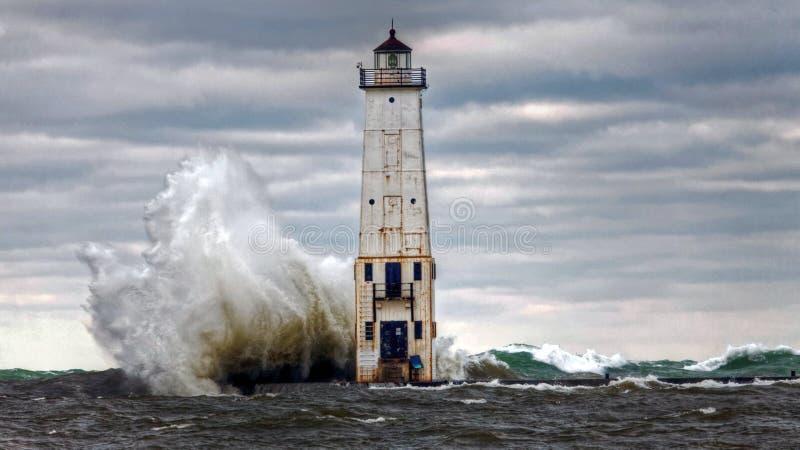 Φάρος Frankfort, συντρίβοντας κύματα στη λίμνη Μίτσιγκαν στοκ εικόνες