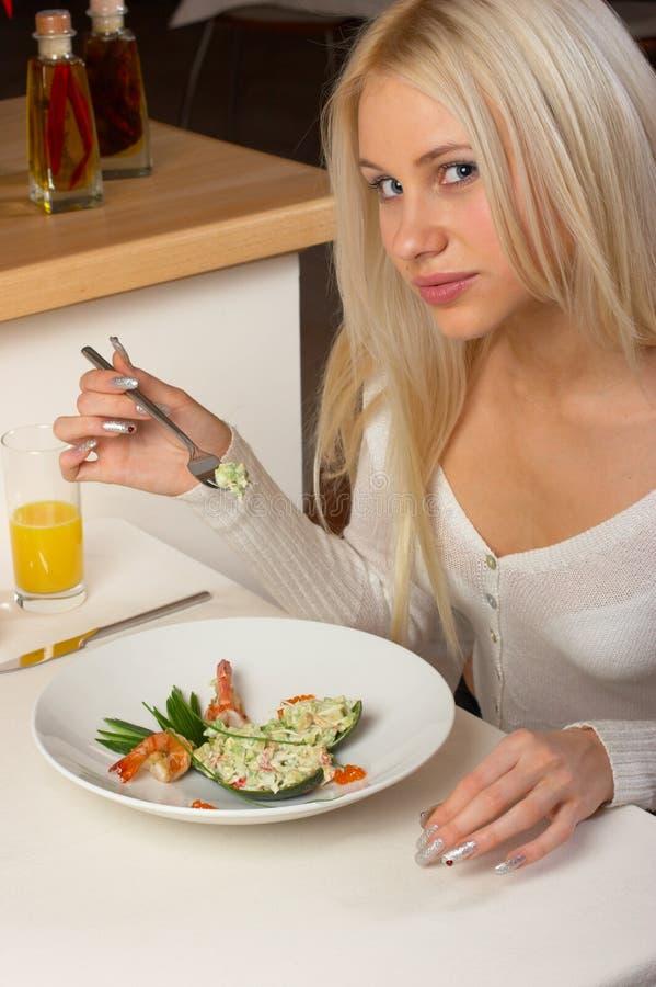 φάτε τη σαλάτα κοριτσιών νό&sigma στοκ φωτογραφία με δικαίωμα ελεύθερης χρήσης
