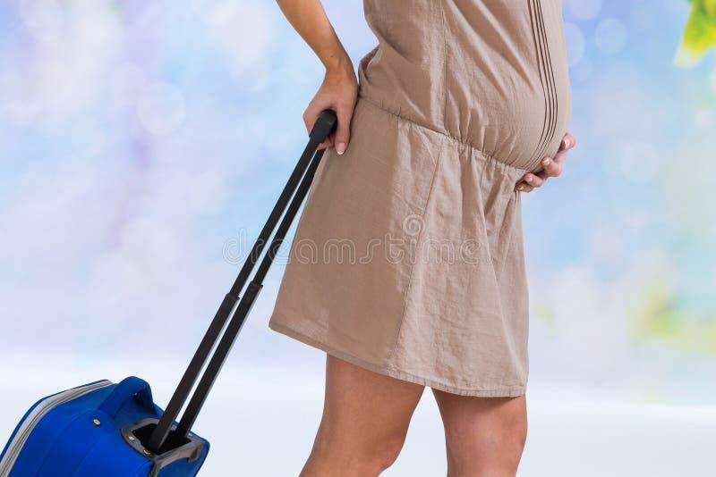 Φέρνοντας βαλίτσα εγκύων γυναικών και έτοιμος για το νοσοκομείο μητρότητας στοκ εικόνες