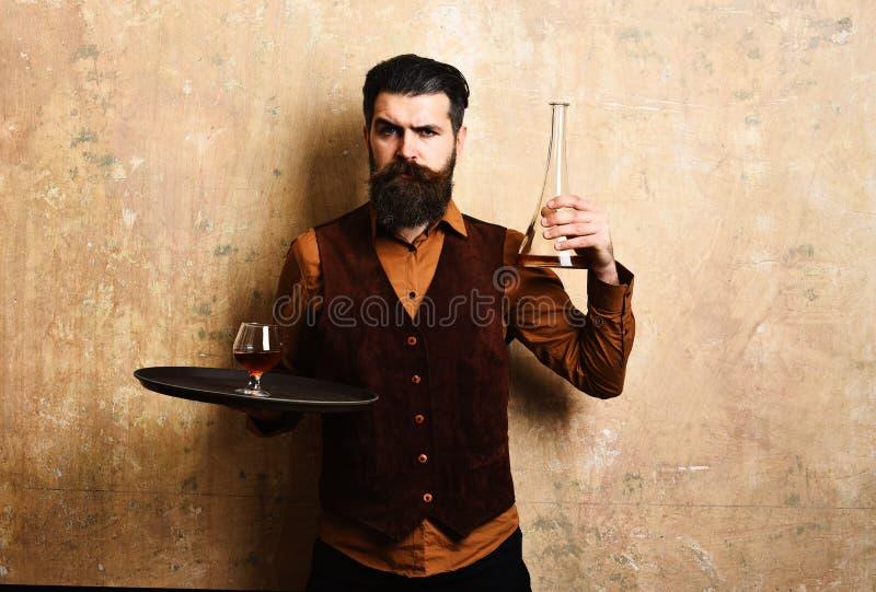 Φέρνοντας δίσκος σερβιτόρων με τα ποτά Το άτομο έντυσε στα επίσημα ενδύματα στοκ εικόνα με δικαίωμα ελεύθερης χρήσης