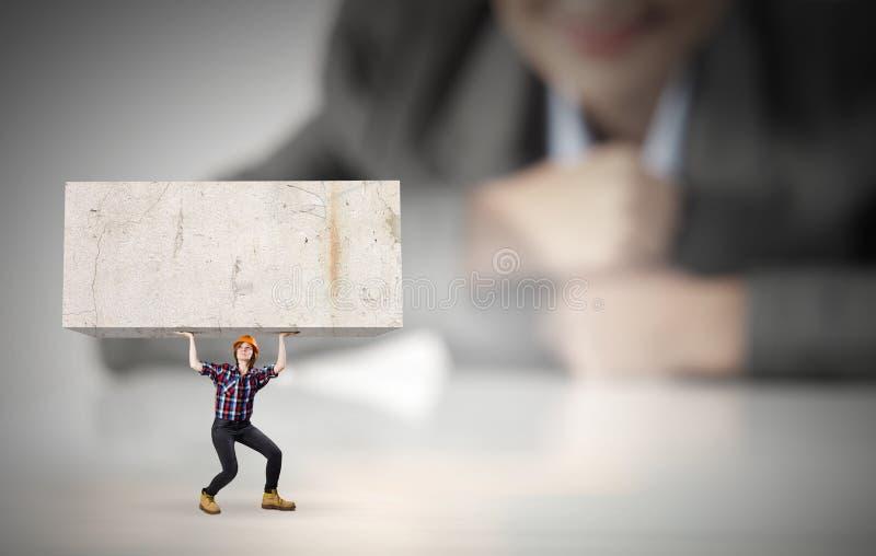 Φέρνοντας κύβος γυναικών στοκ φωτογραφία με δικαίωμα ελεύθερης χρήσης