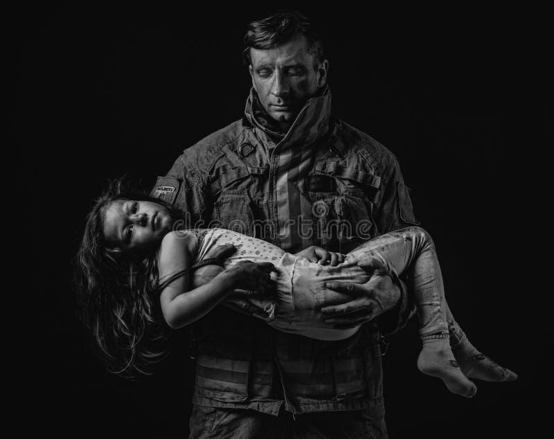 Φέρνοντας παιδί πυροσβεστών στοκ φωτογραφία με δικαίωμα ελεύθερης χρήσης