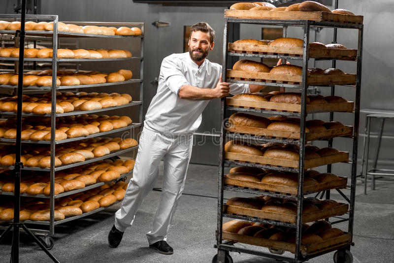 Φέρνοντας ράφια εργαζομένων με το ψωμί στοκ φωτογραφίες
