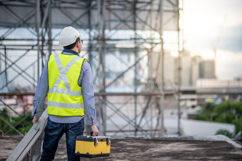 Φέρνοντας σκάλα αλουμινίου ατόμων εργαζομένων και κιβώτιο εργαλείων στοκ εικόνα με δικαίωμα ελεύθερης χρήσης