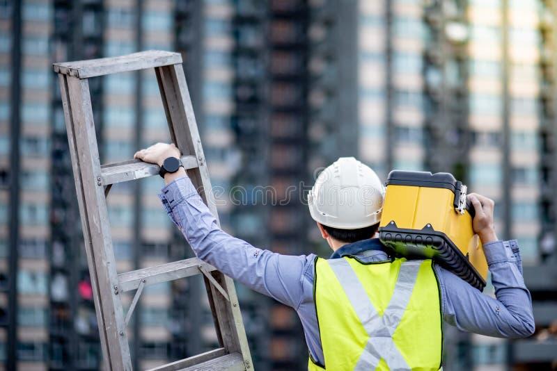 Φέρνοντας σκάλα αλουμινίου ατόμων εργαζομένων και κιβώτιο εργαλείων στοκ εικόνες